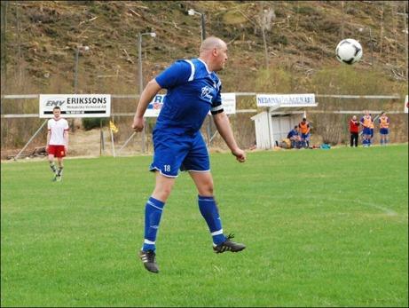 Evigt unge Patrik Granlund, 41, tog bort allt i mittförsvaret när Nedansjö tog säsongens första seger i och med 3-0-vinsten mot Sund 2 hemma på IP. Foto: Janne Pehrsson, Lokalfotbollen.nu.