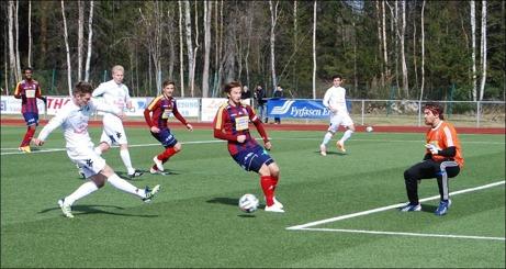 Oskar Nordlund krutade in båda Ånges mål i derbyt mot Selånger. Här är tvåan på väg sedan han blivit friställd av Benny Matsson. Christoffer Göransson i SFK-målet chanslös än en gång. Foto: Janne Pehrsson, Lokalfotbollen.nu.