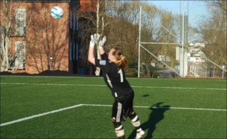 Sara Svensson får upp händerna och tippar Angelica Lindholm-Forsells skott till hörna. Foto: Janne Pehrsson, Lokalfotbollen.nu.