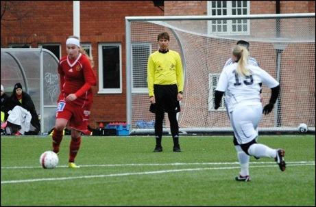 Maja Nyman kliver in från vänsterkanten och lossar stora släggan, 2-0. Biks nr 19, Alexandra Vesterberg hinner inte fram och täcka. Då talade allt för en Alnö-victoria. Foto: Fredrik Lundgren.