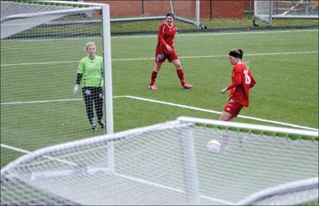 Engelina Nygren sköt, Bella Nordlund räddade, bollen framför fötterna på Michaela Andersson som petar bollen i stolpen istället för 3-1. Omställning efter det och Bik gör 2-2 och strax därefter även segermålet 2-3. Det ÄR små marginaler i fotboll. Foto: Fredrik Lundgren.