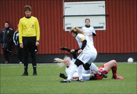 Det är tuffa tag även i damfotboll. Domaren Per Backlin följer händelsutvecklingen. Foto: Fredrik Lundgren.