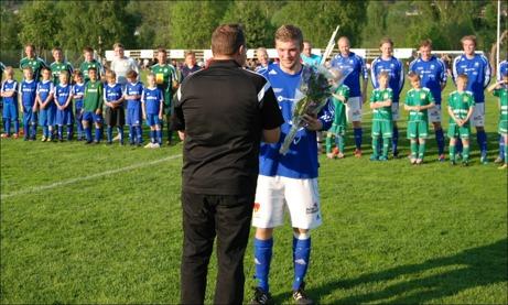 Daniel Boström fick blommor som tack inför sin 100:e match i MIF:s A-tröja i samband med lineup-en.
