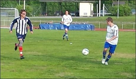 Kovlands Oskar de Vahl jagar IFK:spelaren Tim Rydell när laget lite överraskande vann med 3-2 på Baldershov Gustav Arnberg avvaktar i bakgrunden. Foto: Kenneth Kile.