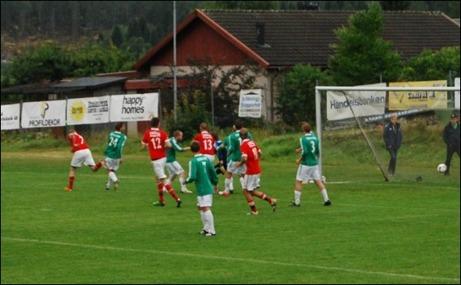 Först ut i ST/Dagbladets livesändning av lokal fotboll är njurundaderbyt Essvik-Svartvik. I senaste mötet lagen emellan vann Svartvik uppe på Hemmanet med 3-2. På bilden nickar Johan Smott (# 7 längst till vänster) in 1-0 på hörna till Svartvik. Foto: Janne Pehrsson, Lokalfotbollen.nu.