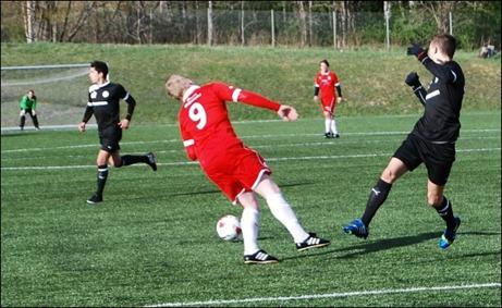 """""""Lutande spelaren i Sund"""". Dennis Bergström visar upp färdigheter som lär kunna dra besökare till Sundavall i sommar. Dennis och hans lagkamrater i Sund tog hem Medelpadsallsvenskan ifjol. Vilket av våra div. IV-lag spelar i trean nästa år? Det lutar åt Alnö, eller IFK Sundsvall. Kanske Stöde? Nä, det blir Kovland som skräller! Visst ja, Svartvik har ju två potentionella skytteligavinnare i laget så dom vinner! Eller kanske nåt helt annat lag... Foto: Janne Pehrsson, Lokalfotbollen.nu."""