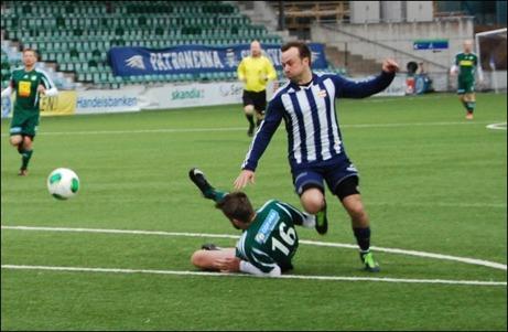 Jens Olsson på väg igenom men blir avblåst sedan han rivit ner mittbacken Marcus Sjöström på sig väg fram. Foto: Janne Pehrsson, Lokalfotbollen.nu.