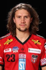 """Adam Persson lirar innebandy i Granlo. Idag såg han till att sänka klubbens fotbollslag med ett mål-pass och en """"Pirlofrispark""""."""
