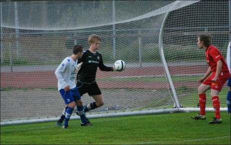 IFK:s målvakt Charlie Merchant var lysande i matchen men här fumlar han till det för sig och tappar den hala bollen efter en bortanick...
