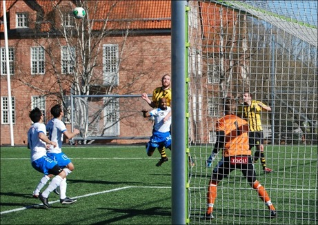 ...på Martin Forss framnickning efter en frisparkslyftning från högerkanten. Kuben ledde med 3-0 men det var på jäsken att man höll undan sedan Borlängelagen. Foto: Janne Pehrsson, Lokalfotbollen.nu.