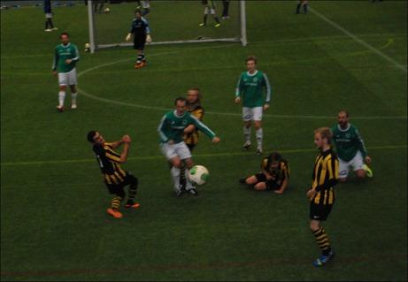 Kuben vann en grinig seriefinal mot Essvik där även Lokalfotbollens ansvarige höll på att råka illa ut men lyckades ducka precis när bollen kom farande. Foto: Janne Pehrsson, Lokalfotbollen.nu.