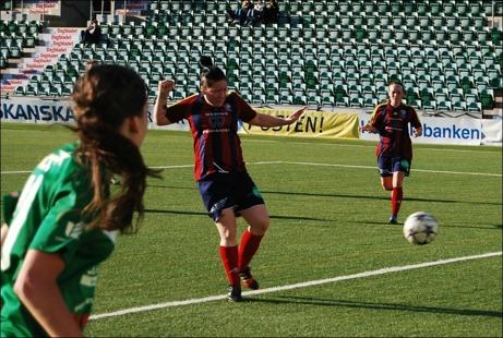Angelica Lindholm-Forsell satte två mål i premiären för sitt Selånger mot Mariehem. På bilden stöter hon in sitt andra och SFK:s 3-0 i tom bur. Foto: Janne Pehrsson, Lokalfotbollen.nu.