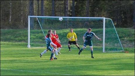"""Stefan Krantz (t h) och Christoffer Göransson (t v) hotar Sundförsvaret. """"Patte"""" Jonsson i målet avvaktar händelseutvecklingen."""