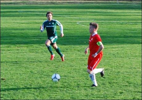Sunds lagkapten André Westergren driver upp bollen. Chistoffer Göransson jobbar hemåt.