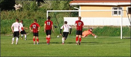 I den 32:a minuten vid ställningen 2-0 till Söders klistrade hemmalagets målvakt Martin Älander Tommi Torvelas lösa straff...