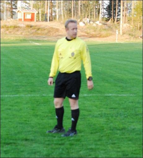 Krister Sandin hade det svettigt på Sörforsvallen men klarade av sin uppgift på ett bra sätt även det kanske skulle till några fler gula kort till dom gröna hemmaspelarna.