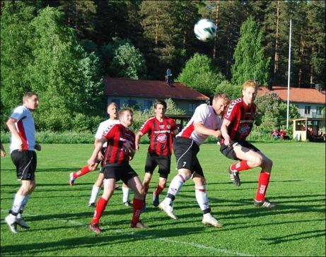Robert Lagergren var inblandad i många dueller. Här i luften mot Söders Andreas Karlsson.