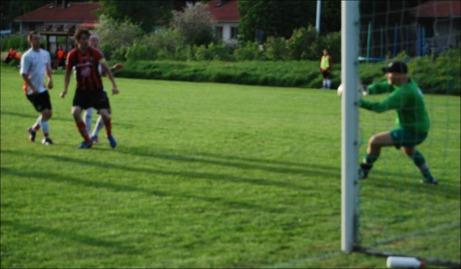 På den här suddiga bilden stänger Olle Nordberg matchen med sitt 4-1-mål tidigt i andra halvlek. Peter Rönnqvist är på bollen men orkar inte styra den utanför stolpen.