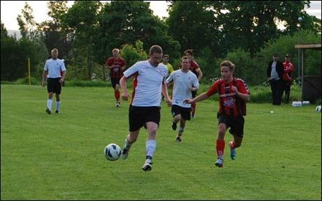 Samuel Fisk är steget före Tim Rydell på en av många bollar på djupet från Söders...