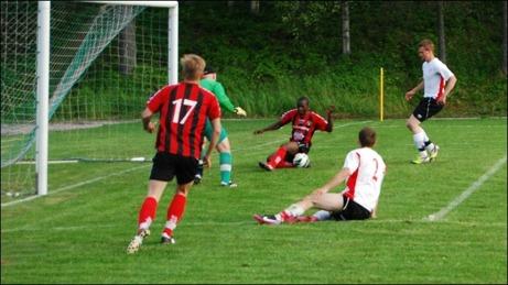 """Strandlund lägger bollen på """"läppen"""" men Bakary Dampha går tvärbom till Söråkerspelarnas stora glädje. Där rök ett hattrick för Dampha och ett målpass för Strandlund."""