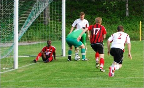 En snopen Peter Rönnqvist kan enkelt lägga beslag på bollen och Bakary Dampha kan inte annat än garva åt missen.