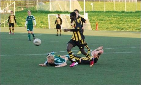 """...och där har """"Finnen"""" gått i backen över Axel Andersson medan Kubenspelaren Ebrima Samateh fokuser på bollen."""