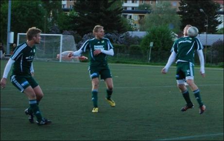 De tre Luckstaspelarna Alex Carlsson, Robert Johansson och Stefan Krantz har lämnats helt fria i straffområdet av Kubenförsvaret. Offside? Jaha, då så.