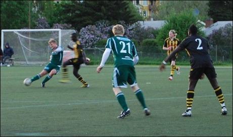 Luckstas Alex Carlsson visar hur en sträckt vrist skall se ut. Lagkompisen Per Hulinder skymmer målvakten men skottet hamnar på fotografen, som vanligt rätt placerad när det kommer en boll...