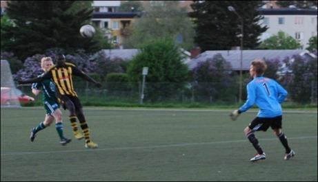 En Kubenförsvarare nickar säkert hem till egna målvakten Anton Vänglund trots att han har en finne i ryggen (Jimmy Ilvonen).