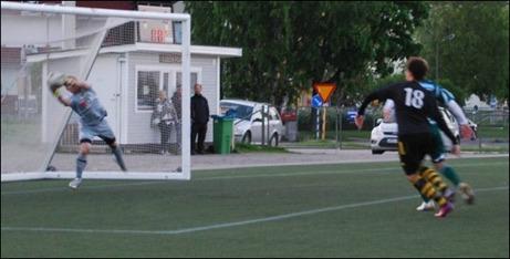 """Luckstas keeper Martin Ålin höll ännu en nolla och här limmar han en hård """"medvindsfrispark"""" och lurar Kubens Kevin Wöhrman Selim på en eventuell retur."""