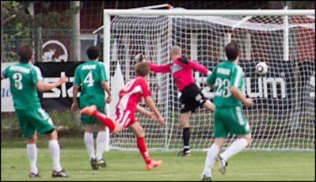 Oscar Fors gjorde 17 mål ifjol för Söråker, bl a mot mot Östavall. Inför den här säsongen har Oscar och tre ytterligare lagkamrater gått över till IFK Timrå. Vilka gör målen i år? Foto: Kurt Winzell.
