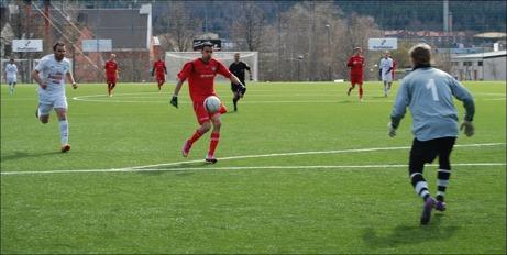 Granlo hade flera chanser att stänga matchen med ett 3-0 men man brände för många fina lägen. Har är t ex Ferdi Ismaili sopren men Ånge 2:s målvakt Jonny Lisne är snabbt ute ur sitt mål och gör en bra räddning. Och då gick det som det gick, Ånge jobbade sig in i matchen och kunde komma ikapp till 2-2. Foto: Janne Pehrsson, Lokalfotbollen.nu.