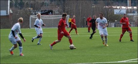 Patrik Hägglund driver in från kanten och utmanar Ånges mittbackar...