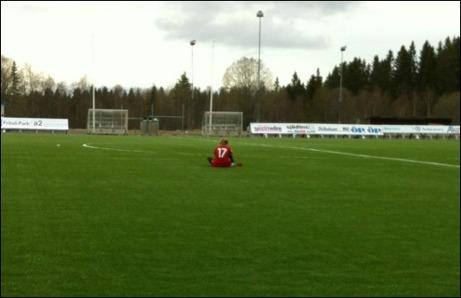 Ensam och bitter. Pernilla Lundgren hade ett par av ramträffarna när Alnös damer förlorade på Frösön, så det var kanske inte så konstigt att hon satt ensam kvar på planen och deppade. Foto: Fredrik Lundgren (pappa)