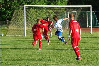 Ferdi Ismaili på väg igenom men blir upphakad av Erik Strand. Den efterföljande straffen satte Alen Zulovic säkert till 3-0.