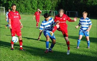 ...men på näste Torpshammarspelare, Thanakorn Khamkhachorn, tar det stopp och bollen rinner ner till målvakten Tommy Göransson. Ferdi Ismaili till vänster och Linus Hjeltman till höger.