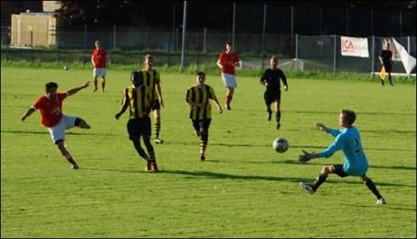 Admir Adra satte hela fem pytsar när Svartvik förnedrade Kuben 2 med 11-1. Här brassar Adra in 3-0 bakom stackars Anton Wänglund. Foto: Janne Pehrsson, Lokalfotbollen.nu.