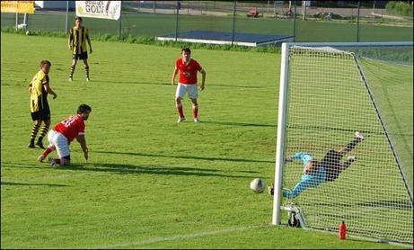 """...""""problemet"""" är bara att Kubenkeepern Anton Vänglund gör ett pantersprång och tippar bollen till hörna..."""