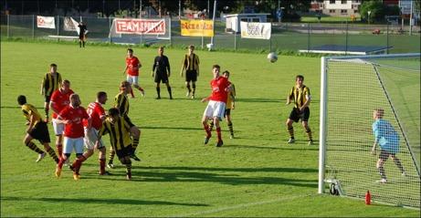 ...och på den nickar Johan Hallström in 0-2. Foto: Janne Pehrsson, Lokalfotbollen.nu.