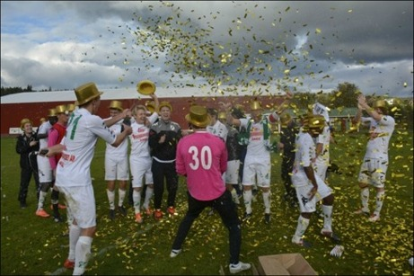 Ånge IF:s spelare firar att man för första gången vunnit div. III och 2014 kommer man att spela i div. II Norrland. Foto: Kenneth Fahlberg, ST-sport.