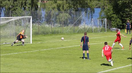 André Westergren skickar in Sunds 1-0-mål på straff. Serieledarna kom dock tillbaka och kvitterade senare i matchen. Foto: Mats Engström.