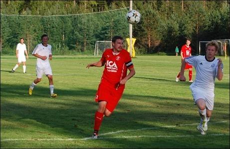 Samuel Fisk var säkerheten själv bakåt och nickade in 1-0 framåt när Söråker tog en viktig 2-0-seger på Essviksvallen. Foto: Janne Pehrsson, Lokalfotbollen.nu.