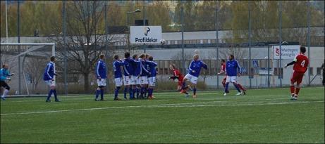 Nummer 4 i rött, André Grim, knorrade på övertid in 3-2 och gav Alnö segern mot Matfors. En riktigt grim frispark om man får skämta till det något. Foto: Janne Pehrsson, Lokalfotbollen.nu.