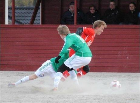 Planens bäste spelare, Söråkers Joar Steen, försöker komma loss från två Essviksspelare på Lötas bandygrus. Foto: Fredrik Lundgren.