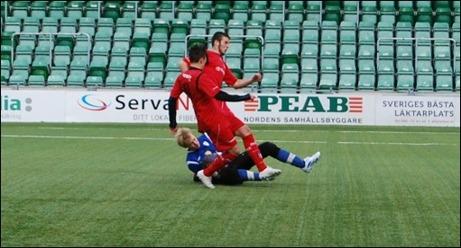 Sidsjö-Böles keeper, Fredrik Hultman, fick sig en rejäl törn i den här situationen. Han reste sig på nio och trots en ömmande axel gjorde han en bra match och skall inte lastas för baklängesmålen när Granlo vann med 4-3 i söndagens träningsmatch. Foto: Janne Pehrsson, Lokalfotbollen.nu.