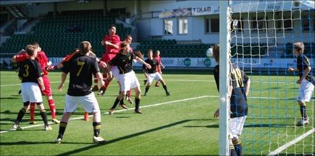 Granlos Ferdi Ismaili nickar in ett av sina 37 mål i årets div. V-spel. Något som gav en plats i säsongens All-Star-Team. Foto: Janne Pehrsson, Lokalfotbollen.nu.