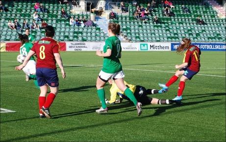 Isabell Lindgren gör Selångers första mål i årets serie när hon påpassligt tar hand om en målvaktsretur efter  Angelica Lindholm Forsells (#8) skott. Målet borgade för en klar 4-0-seger i slutändan. Foto: Janne Pehrsson, Lokalfotbollen.nu