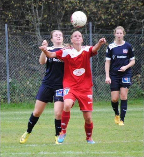 Stenkoll på boll.. Erika Engblom fixerar bollen och startar ett nytt alnöanfall Foto: Fredrik Lundgren.