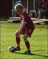 Jimmy Ilvonen satte två viktiga mål när Alnö 2 tog tre viktiga poäng i bottenstri-den mot Hassel.