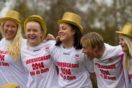 Det är klart man får bli lite glada i hatten om man vinner en serie. Men varför har inte tränaren Anette Bergman fått någon???? Foto: Linda Sjölén,